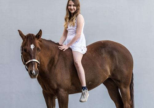 Mädchen auf Pferd